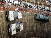 Liều mạng lái ôtô trên 'tường tử thần' ở Ấn Độ