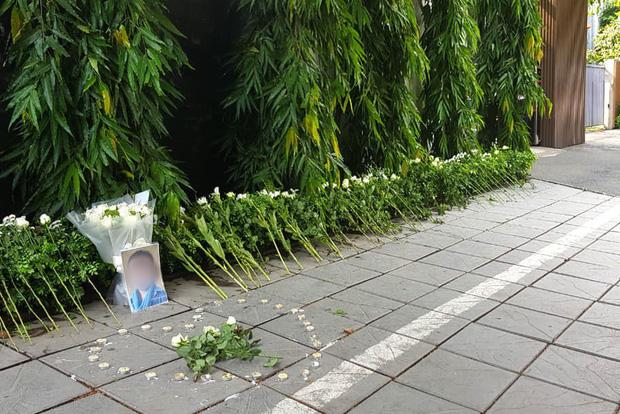 Người dân lặng lẽ đặt bông cúc trắng trước cổng trường Gateway để tưởng nhớ bé trai tử vong thương tâm trên xe đưa đón-1