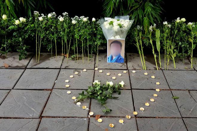 Người dân lặng lẽ đặt bông cúc trắng trước cổng trường Gateway để tưởng nhớ bé trai tử vong thương tâm trên xe đưa đón-2
