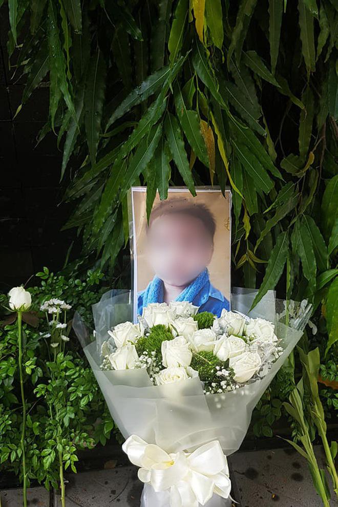 Người dân lặng lẽ đặt bông cúc trắng trước cổng trường Gateway để tưởng nhớ bé trai tử vong thương tâm trên xe đưa đón-3