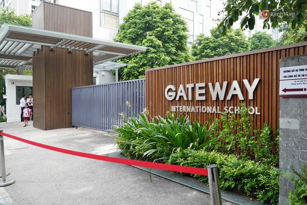 Người dân lặng lẽ đặt bông cúc trắng trước cổng trường Gateway để tưởng nhớ bé trai tử vong thương tâm trên xe đưa đón-7