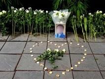 Người dân lặng lẽ đặt bông cúc trắng trước cổng trường Gateway để tưởng nhớ bé trai tử vong thương tâm trên xe đưa đón
