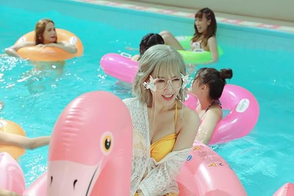 Hari Won diện bikini khoe vòng 1 'cực nóng' nhưng lộ bụng ngấn mỡ-4