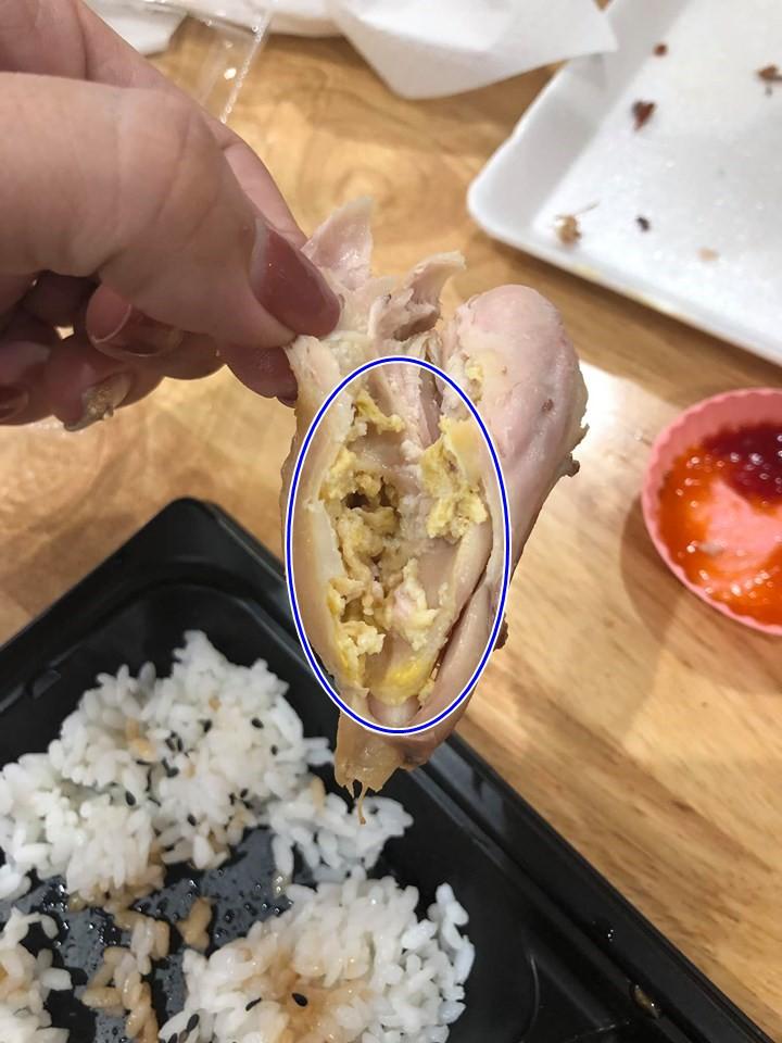 Mua đùi gà nướng trong siêu thị lớn, mẹ bầu hoảng hốt khi bóc phần thịt ra thấy chi chít mảng bám lạ màu vàng-2
