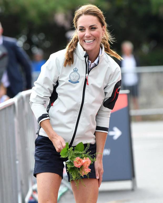 Sự thật đằng sau khoảnh khắc Công nương Kate ôm mặt xấu hổ, Hoàng tử William đứng bên cạnh không thể nhịn cười-1