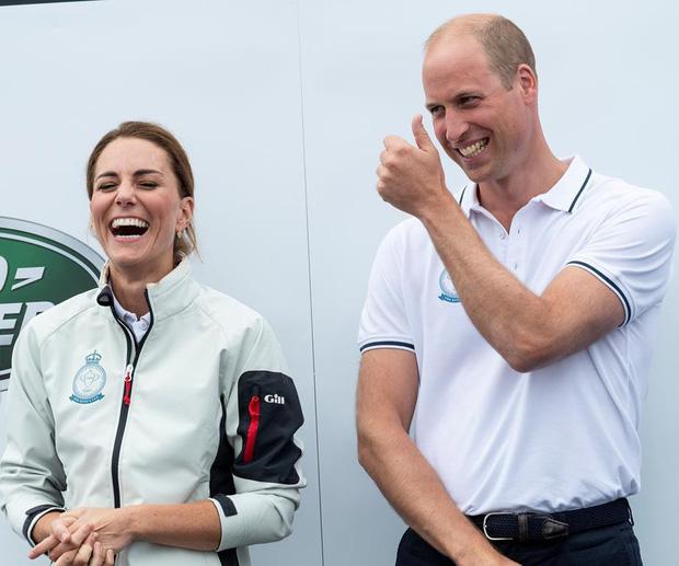 Sự thật đằng sau khoảnh khắc Công nương Kate ôm mặt xấu hổ, Hoàng tử William đứng bên cạnh không thể nhịn cười-3