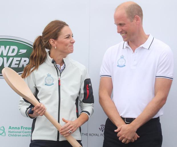 Sự thật đằng sau khoảnh khắc Công nương Kate ôm mặt xấu hổ, Hoàng tử William đứng bên cạnh không thể nhịn cười-4