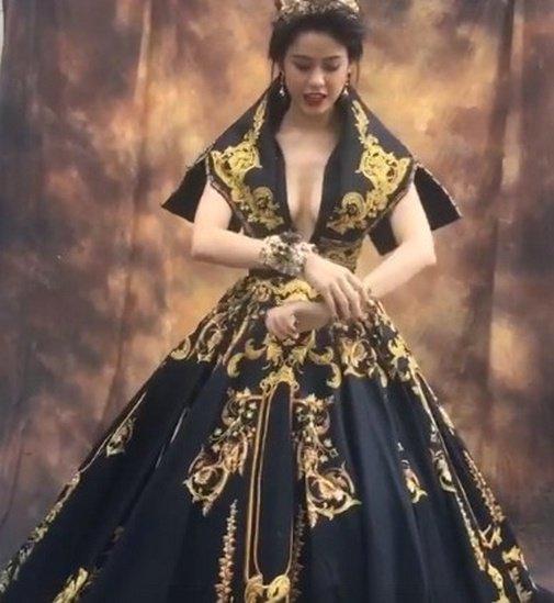 Mỹ nhân Việt đua mốt váy khoét tận rốn: người được khen nức nở, người ê mặt vì phản cảm-10
