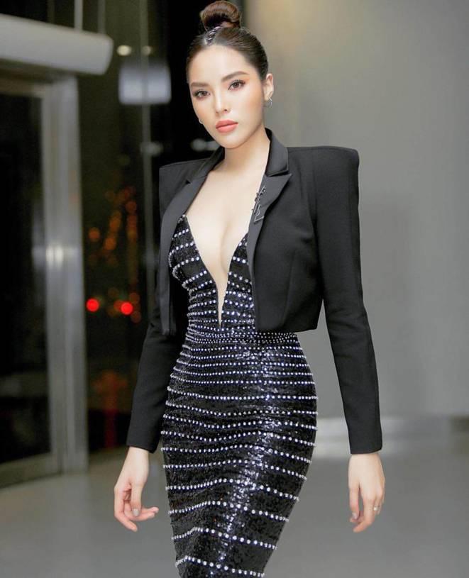 Mỹ nhân Việt đua mốt váy khoét tận rốn: người được khen nức nở, người ê mặt vì phản cảm-4
