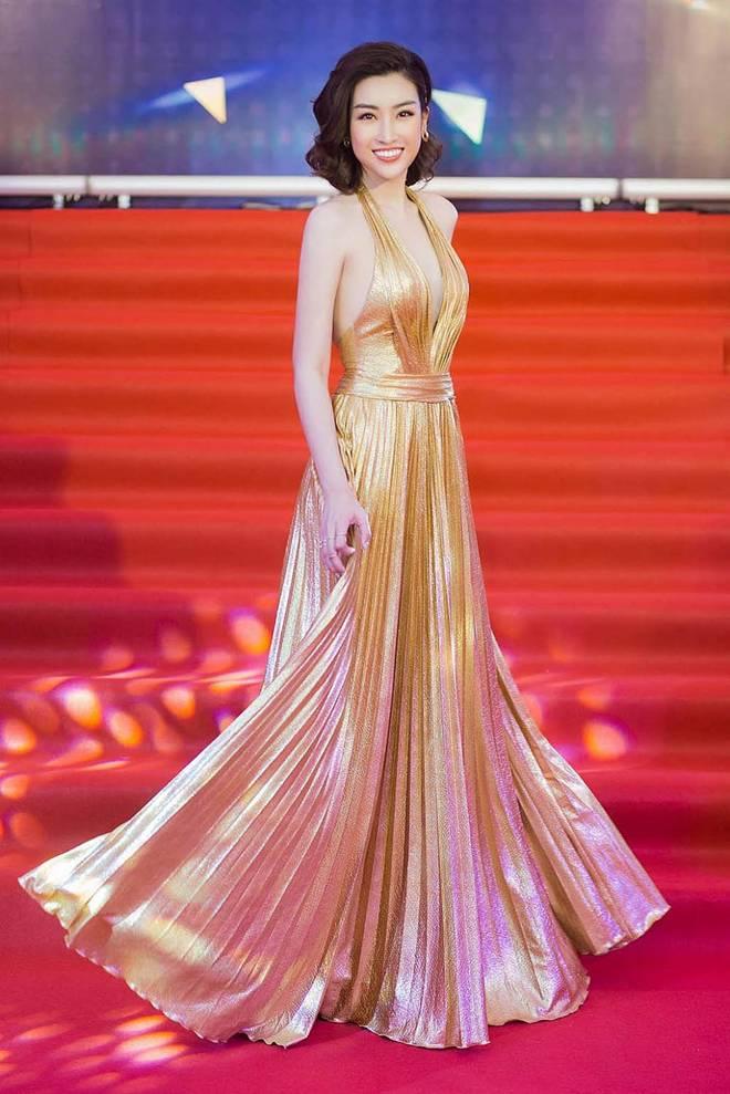 Mỹ nhân Việt đua mốt váy khoét tận rốn: người được khen nức nở, người ê mặt vì phản cảm-5
