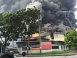 1000m2 của nhà máy sát trung tâm thương mại ở Long Biên bốc cháy ngùn ngụt, khung nhà gẫy gập-5