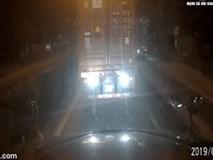 Clip: Container đấu đen đuôi gây chói mắt, tài xế xe sau liền có màn trừng phạt
