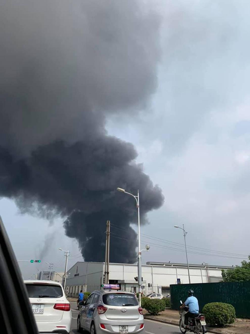 1000m2 của nhà máy sát trung tâm thương mại ở Long Biên bốc cháy ngùn ngụt, khung nhà gẫy gập-1