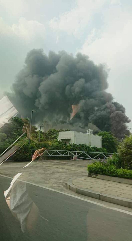 1000m2 của nhà máy sát trung tâm thương mại ở Long Biên bốc cháy ngùn ngụt, khung nhà gẫy gập-2