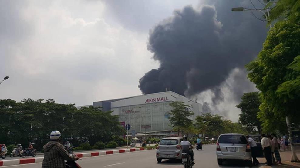 1000m2 của nhà máy sát trung tâm thương mại ở Long Biên bốc cháy ngùn ngụt, khung nhà gẫy gập-3