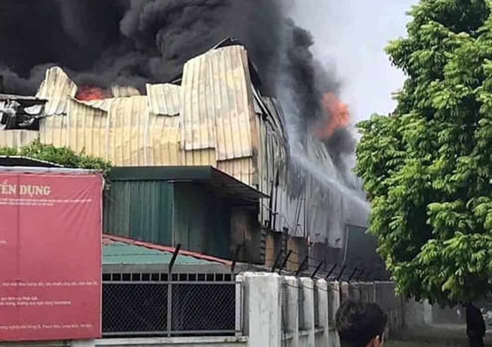 1000m2 của nhà máy sát trung tâm thương mại ở Long Biên bốc cháy ngùn ngụt, khung nhà gẫy gập-4