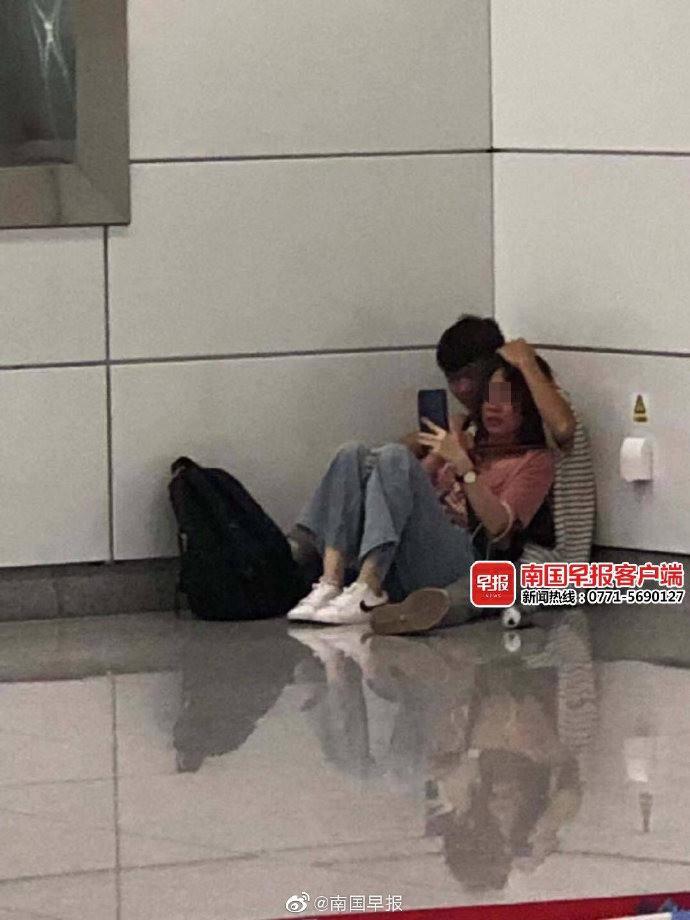 Phát hiện cặp đôi ngồi trong góc trạm tàu điện ngầm, tưởng cảnh yêu đương lãng mạn nhưng hóa ra là vụ uy hiếp nguy hiểm như phim hành động-1