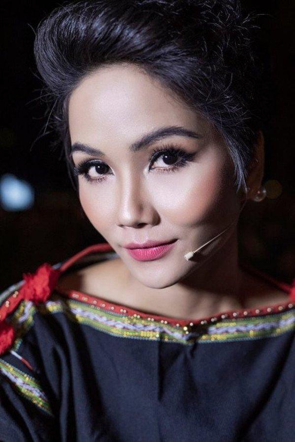 Ế show, Hoa hậu HHen Niê trổ tài tỉa lông mày cho bạn khiến ai cũng hoang mang-3