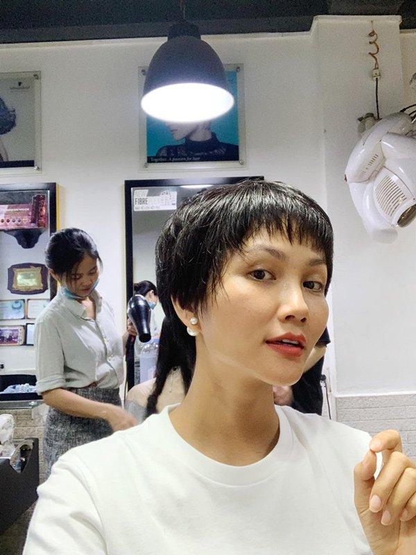 Ế show, Hoa hậu HHen Niê trổ tài tỉa lông mày cho bạn khiến ai cũng hoang mang-5