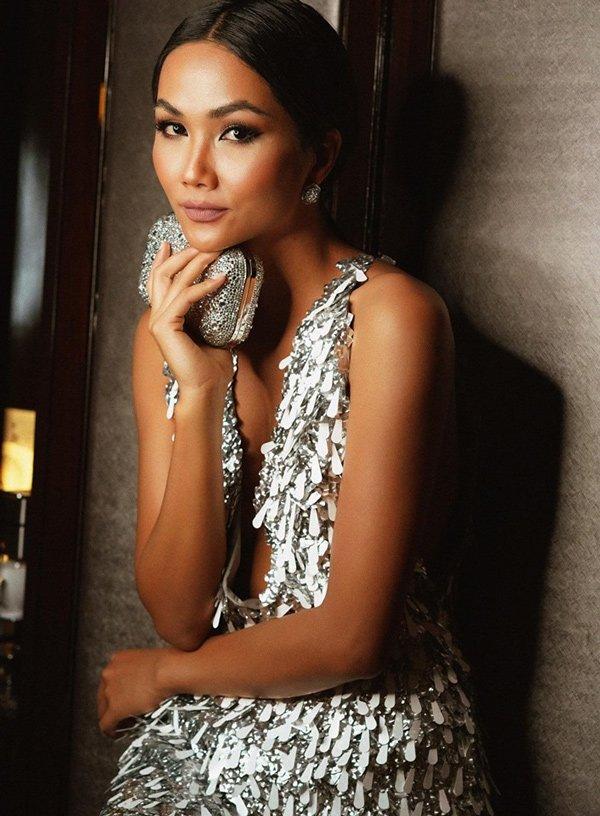 Ế show, Hoa hậu HHen Niê trổ tài tỉa lông mày cho bạn khiến ai cũng hoang mang-9