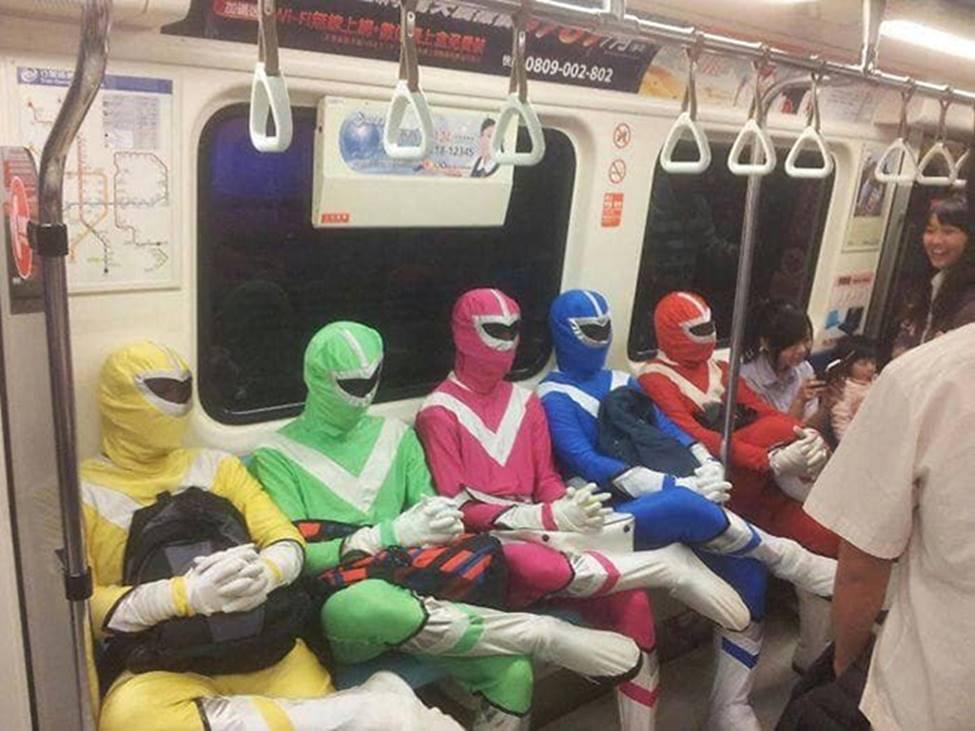Bắt gặp hình ảnh quái gở chỉ có ở trên tàu điện ngầm-1