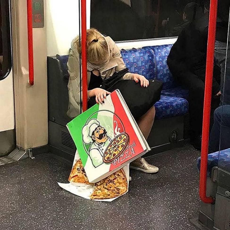 Bắt gặp hình ảnh quái gở chỉ có ở trên tàu điện ngầm-13