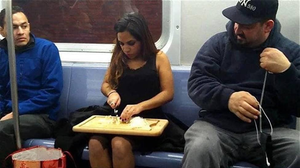 Bắt gặp hình ảnh quái gở chỉ có ở trên tàu điện ngầm-8