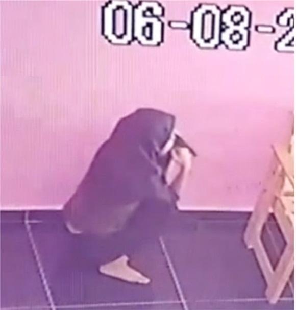 Cô gái trẻ hồn nhiên phóng uế trong cửa hàng giặt là dù nhà vệ sinh ở ngay bên cạnh-1