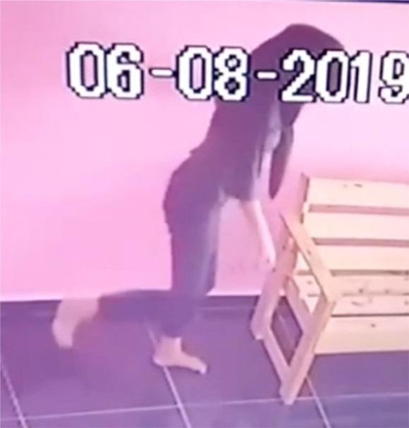 Cô gái trẻ hồn nhiên phóng uế trong cửa hàng giặt là dù nhà vệ sinh ở ngay bên cạnh-2