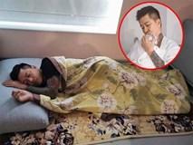 Tuấn Hưng gây xúc động với hình ảnh ngủ thiếp dưới sàn vì mệt khi trông vợ sau sinh lần 3