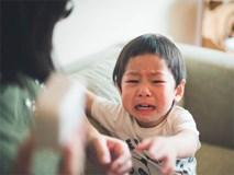 Con gào lên ăn vạ muốn được xem tivi, chẳng cần quát mắng, bà mẹ chỉ cần bình tĩnh làm điều này