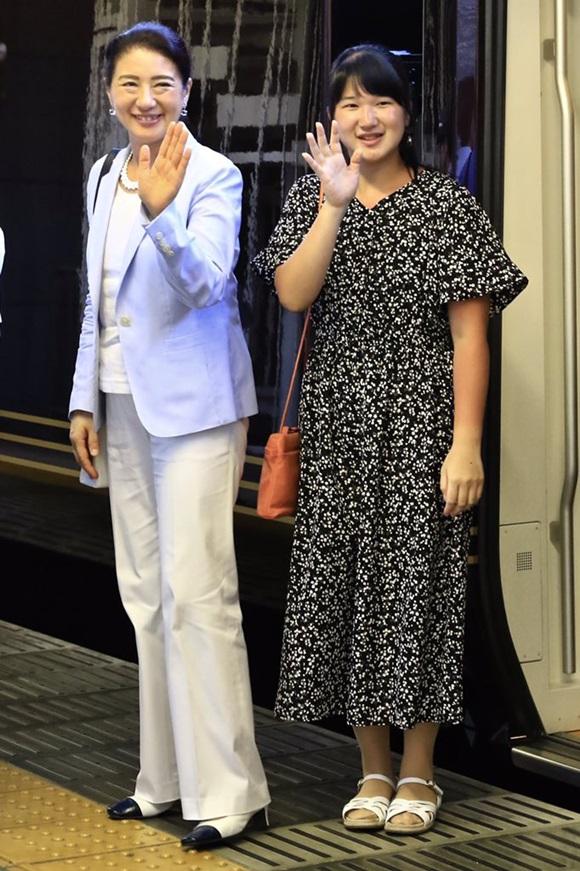Hoàng hậu Masako xuất hiện trở lại cùng con gái duy nhất nhưng Công chúa Nhật Bản tự dìm hàng mình bởi vẻ ngoại hình gây thất vọng-2