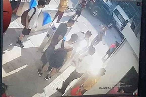 Vụ cháu bé lớp 1 tử vong trên xe đưa đón: Chiếc áo màu đỏ cháu mặc khi lên ô tô đến trường đang ở đâu?-1
