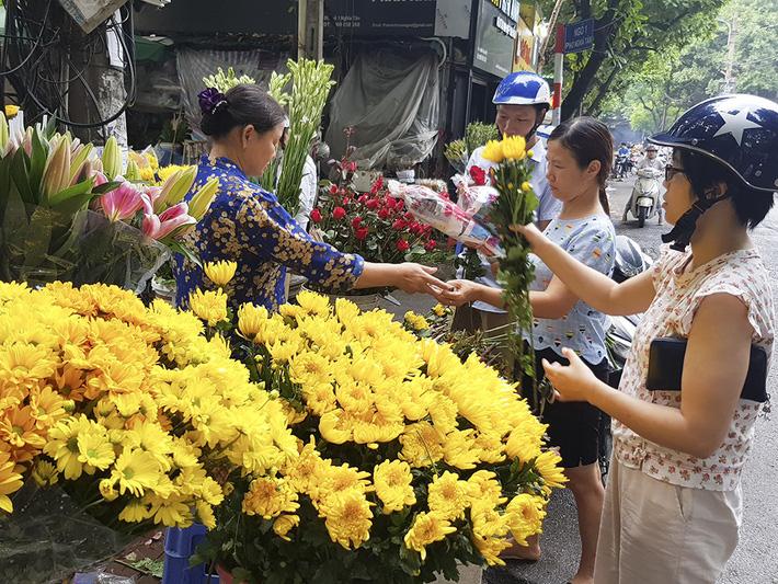 Rằm tháng 7 đến gần, giá hoa tươi tăng gấp đôi, có loại tăng giá gấp 3 - 4 lần mà vẫn không đủ bán-1