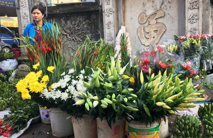 Rằm tháng 7 đến gần, giá hoa tươi tăng gấp đôi, có loại tăng giá gấp 3 - 4 lần mà vẫn không đủ bán-3