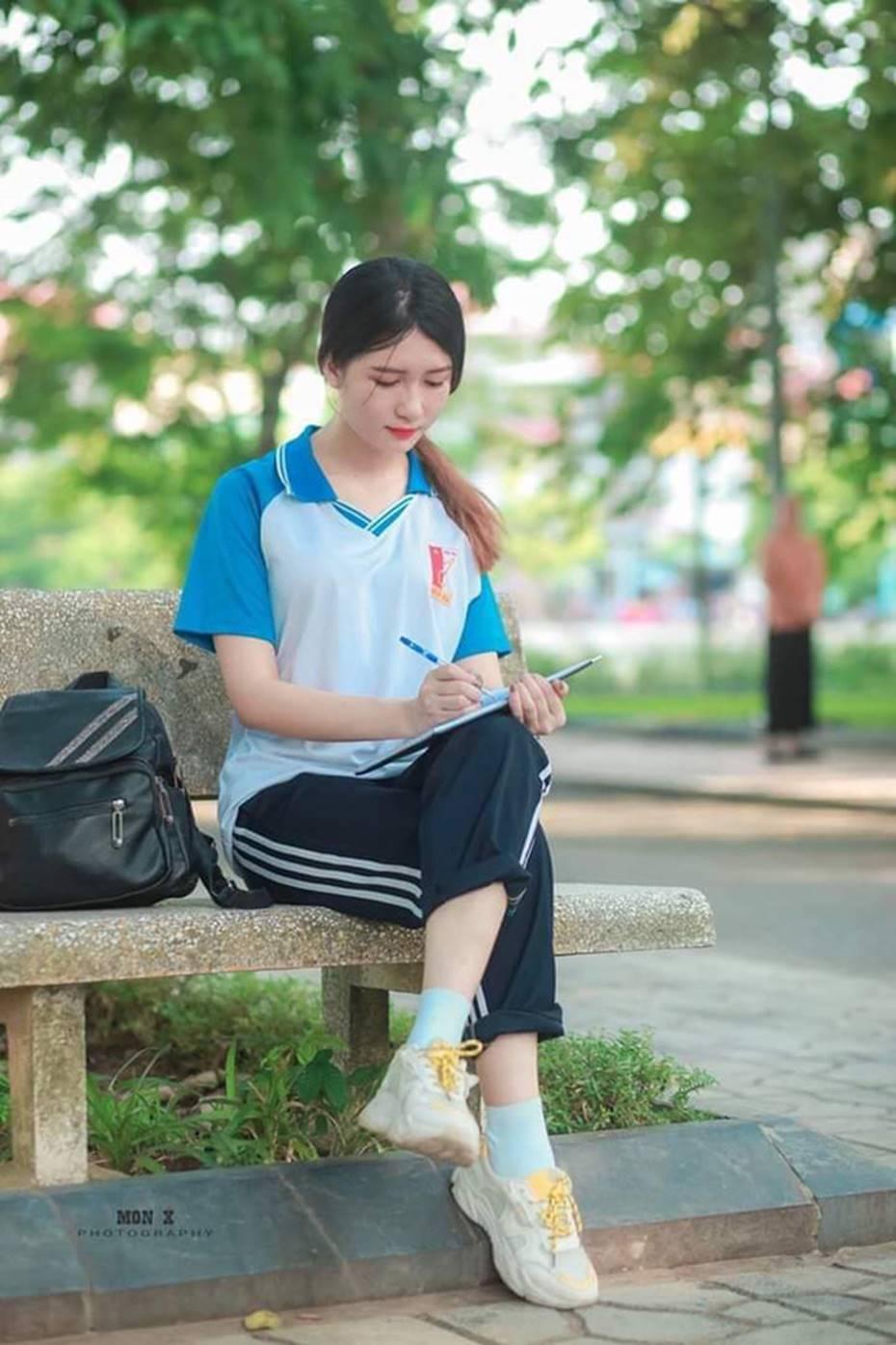 Nữ sinh Bách Khoa gây xôn xao vì đẹp mong manh trong bộ áo quần đồng phục, xem đến ảnh đời thường càng xuất sắc hơn-1