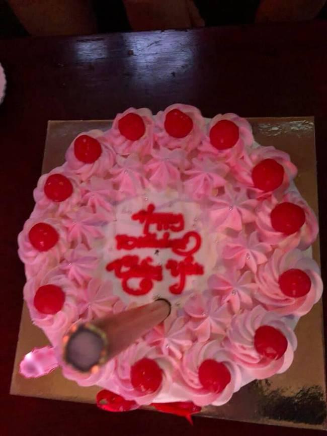 Tin tưởng đặt bạn làm bánh sinh nhật thanh lịch tặng chồng, vợ trẻ nào ngờ phải nhận về thành quả biến dạng, biến màu-3