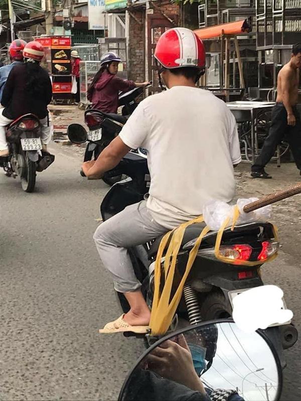 Người đàn ông và thứ vũ khí nguy hiểm ung dung di chuyển trên phố khiến tất cả giật mình-1