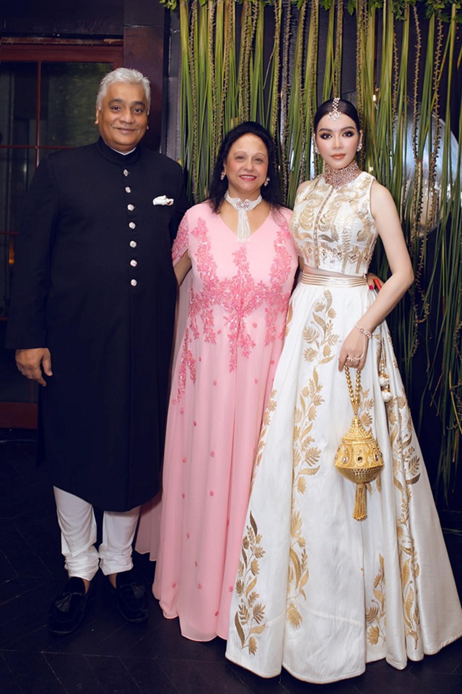 Lý Nhã Kỳ diện váy dát vàng dự tiệc sinh nhật của tỷ phú giàu nhất Ấn Độ-3