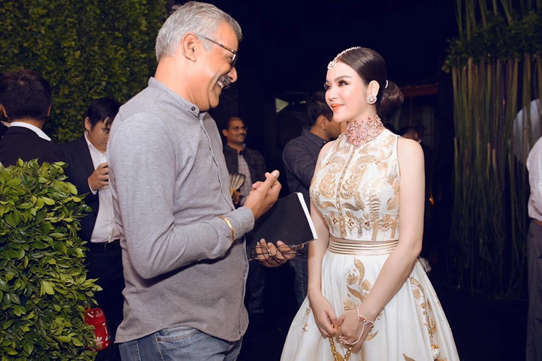 Lý Nhã Kỳ diện váy dát vàng dự tiệc sinh nhật của tỷ phú giàu nhất Ấn Độ-4