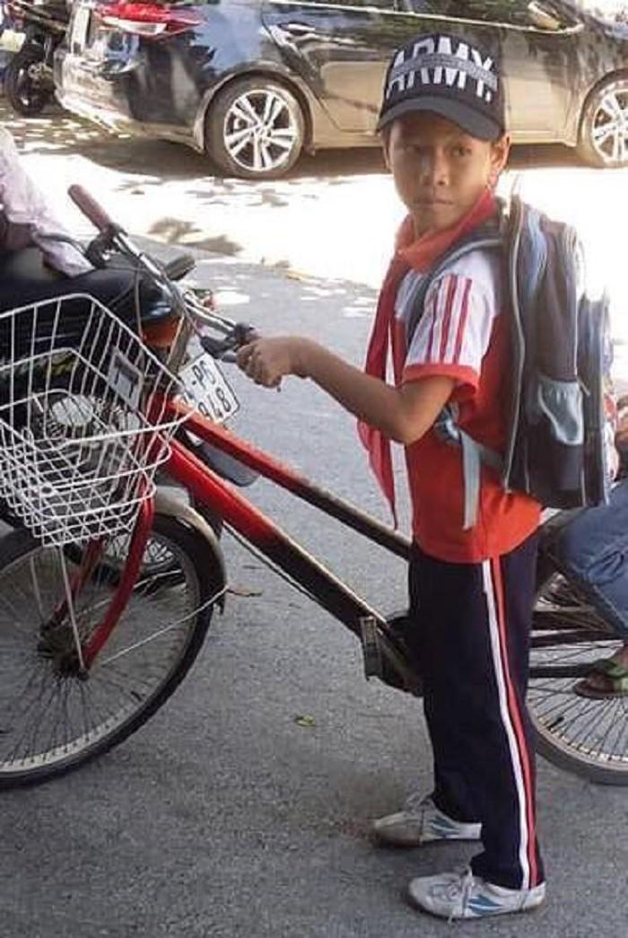 Nói với bà đi đổ rác, bé trai 8 tuổi đạp xe bỏ nhà đi-1
