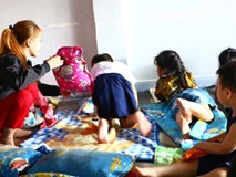 NÓNG: Một bé trai 7 tuổi bị cơ sở giữ trẻ bỏ quên, không đón về ngay ngày học đầu tiên