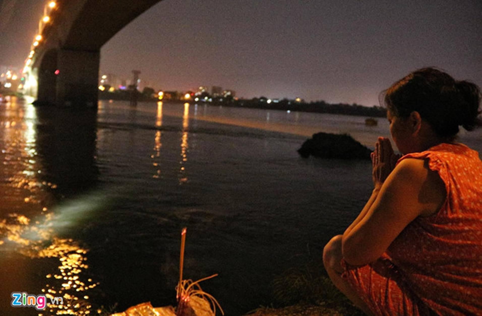 Trắng đêm tìm vớt nữ sinh nhảy cầu Vĩnh Tuy-4
