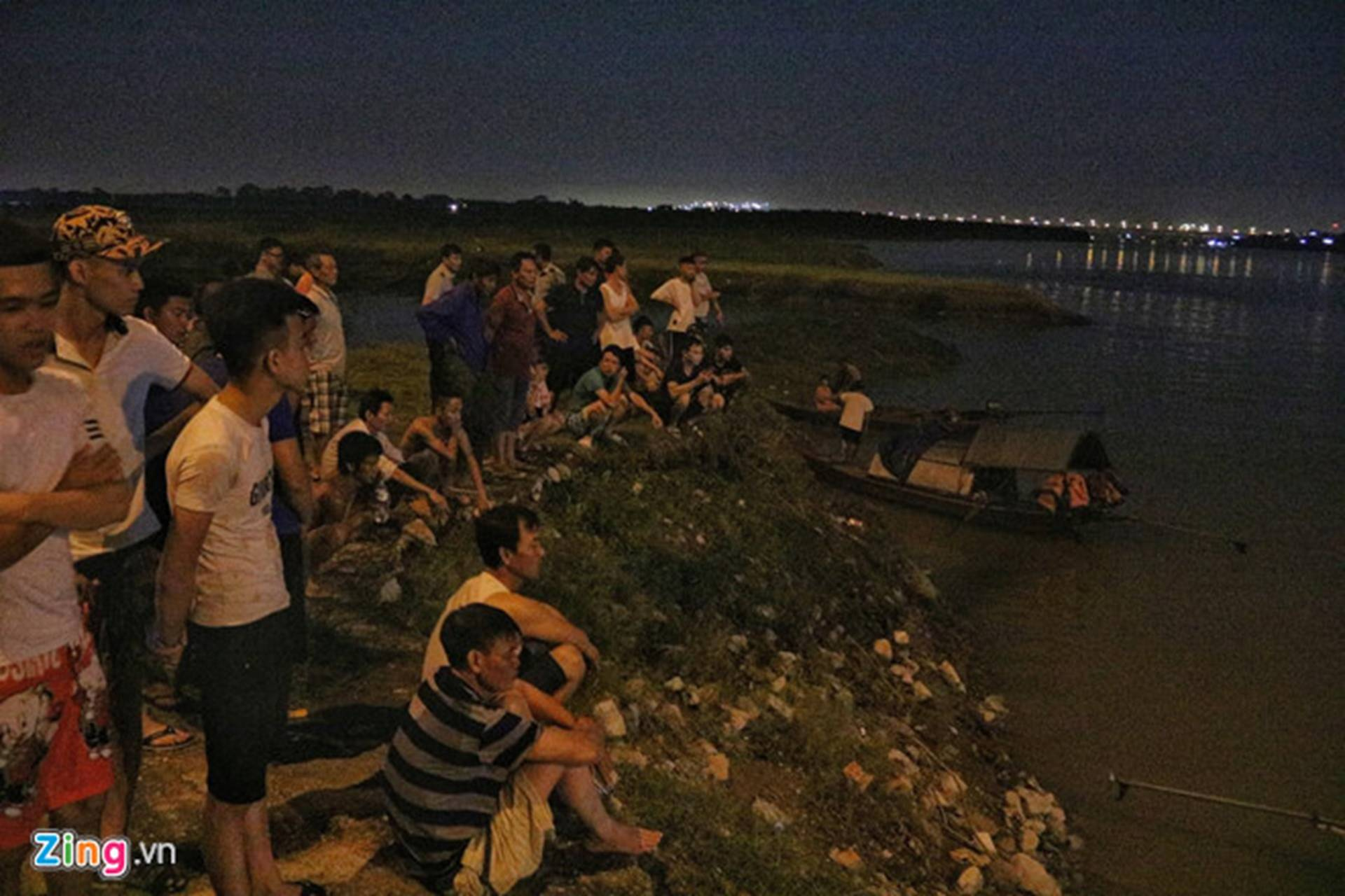 Trắng đêm tìm vớt nữ sinh nhảy cầu Vĩnh Tuy-5