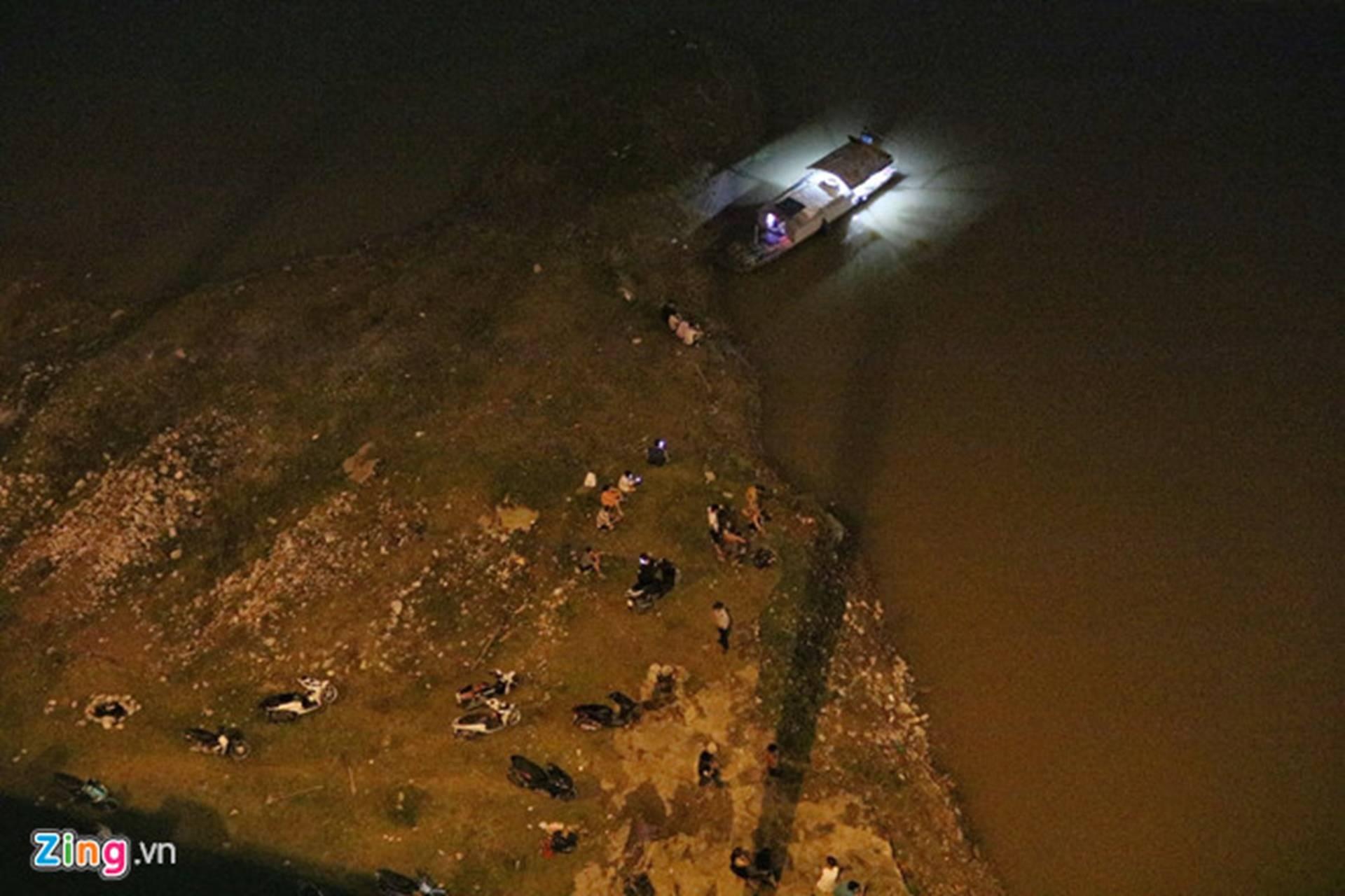 Trắng đêm tìm vớt nữ sinh nhảy cầu Vĩnh Tuy-6