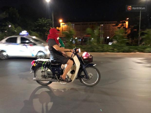 Thót tim nữ ninja đi băng băng trên đường Hà Nội, 1 tay lái xe máy, 1 tay... bồng con nhỏ-1