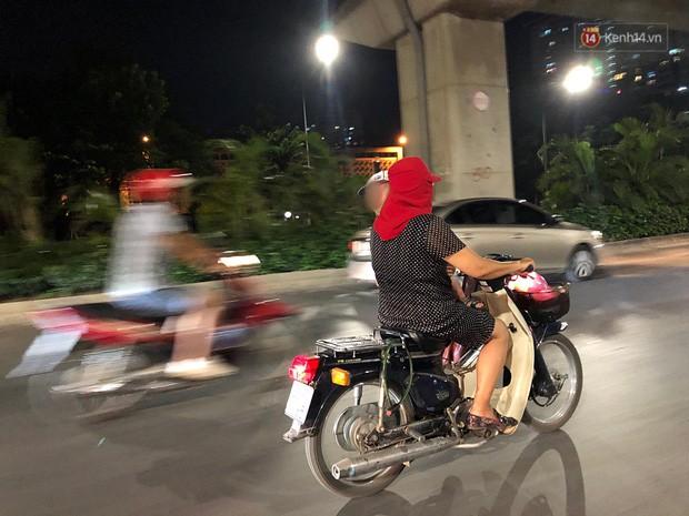 Thót tim nữ ninja đi băng băng trên đường Hà Nội, 1 tay lái xe máy, 1 tay... bồng con nhỏ-2