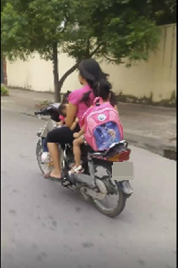 Thót tim nữ ninja đi băng băng trên đường Hà Nội, 1 tay lái xe máy, 1 tay... bồng con nhỏ-4