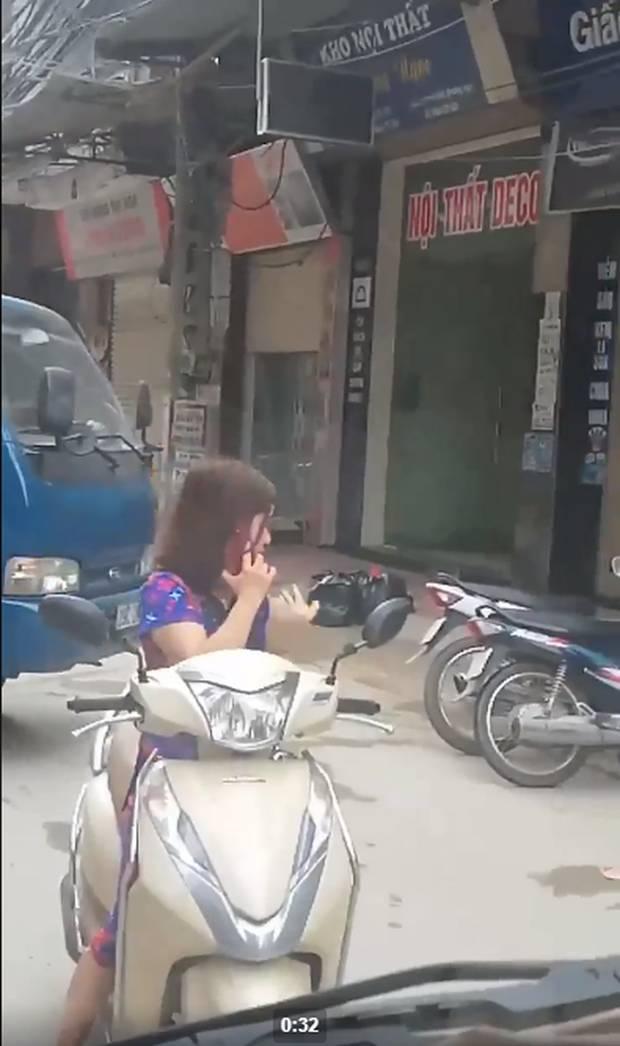 Thót tim nữ ninja đi băng băng trên đường Hà Nội, 1 tay lái xe máy, 1 tay... bồng con nhỏ-5
