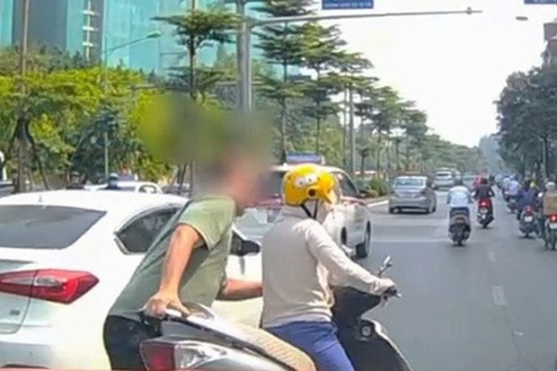 Thót tim nữ ninja đi băng băng trên đường Hà Nội, 1 tay lái xe máy, 1 tay... bồng con nhỏ-7